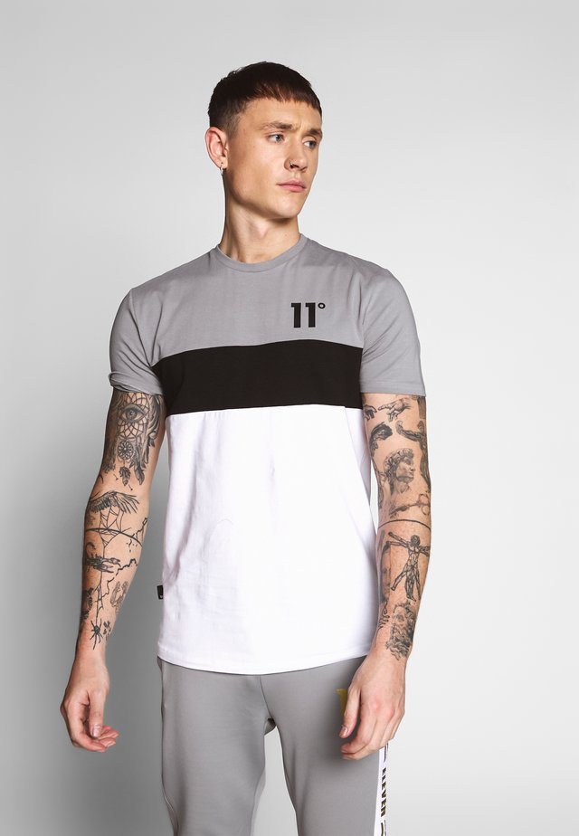 TRIPLE PANEL - T-shirt med print - silver/white/black