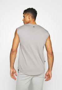11 DEGREES - CORE CUT OFF SLEEVE  - T-shirt basic - silver - 2