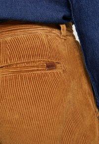 1904 - TAPERED - Pantalones - stone - 5