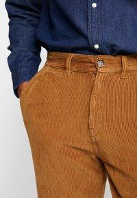 1904 - TAPERED - Pantalones - stone - 3