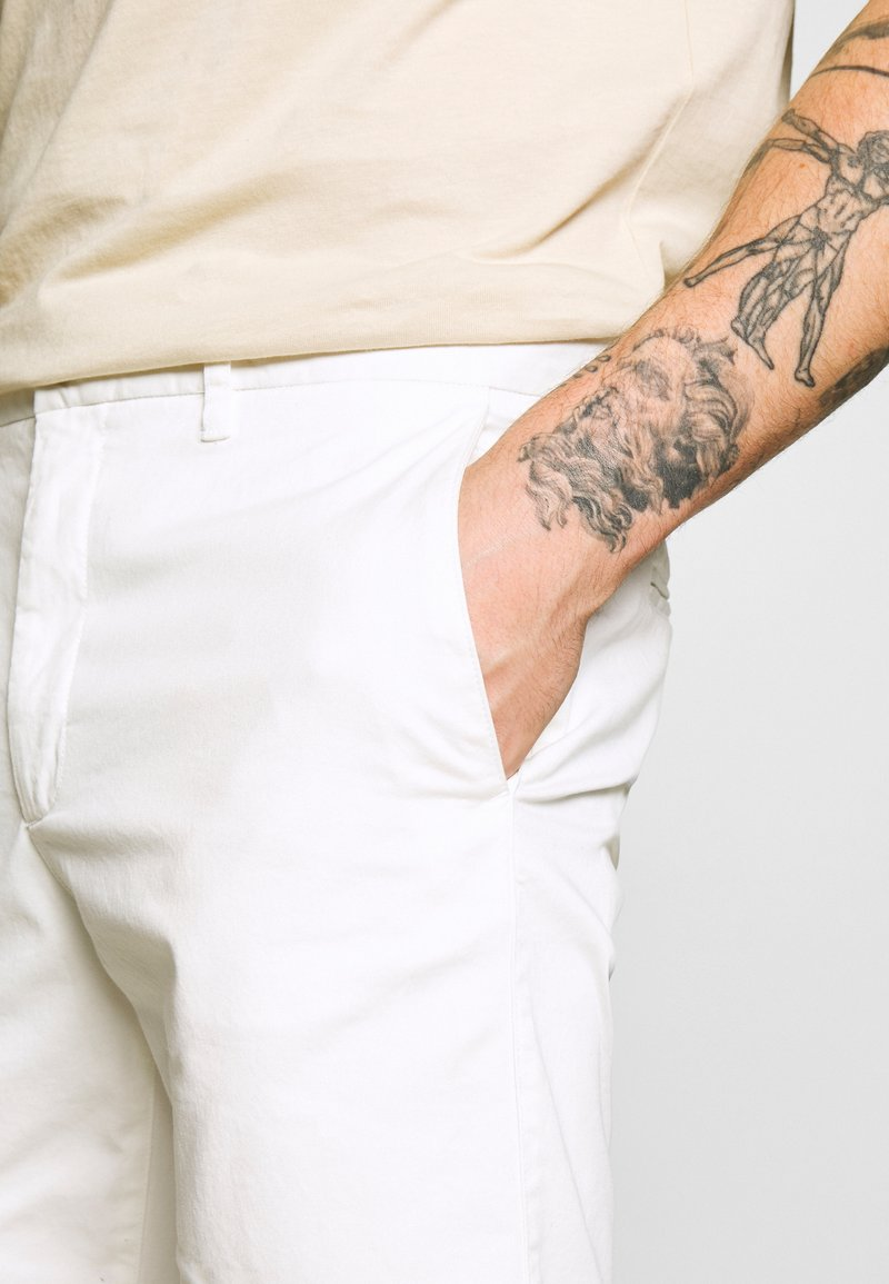 1904 HAMPTON CHINO - Shorts - white