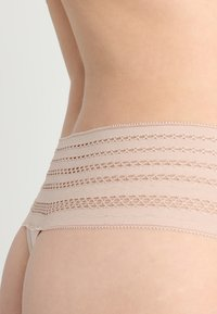 DKNY Intimates - CLASSIC WIDE TRIM THONG - String - sand - 4
