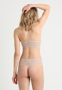 DKNY Intimates - CLASSIC WIDE TRIM THONG - String - sand - 2