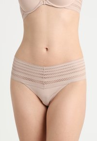 DKNY Intimates - CLASSIC WIDE TRIM THONG - String - sand - 0