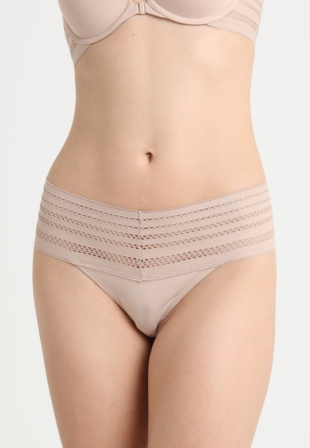 CLASSIC WIDE TRIM THONG - String - sand