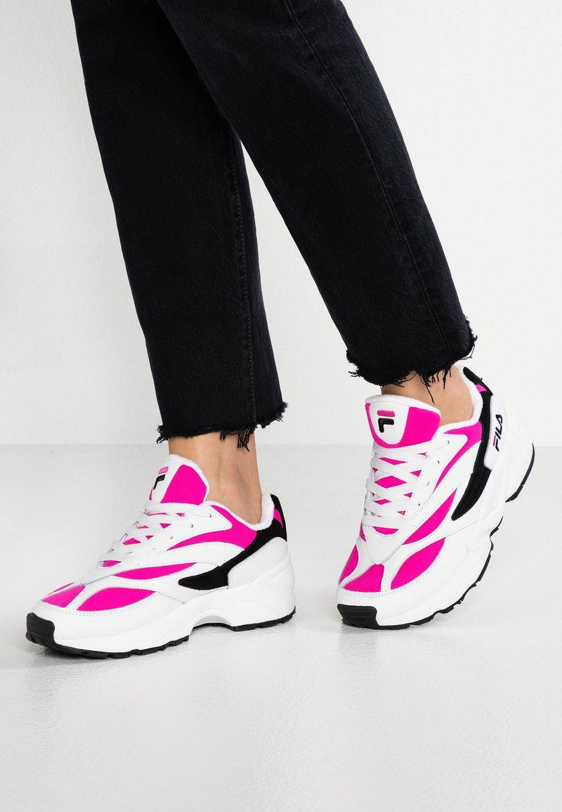 Fila - V94M - Sneaker low - white/very berry/black