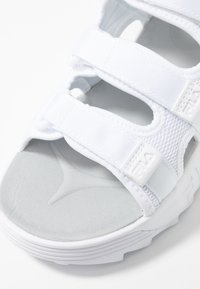 Fila - DISRUPTOR - Sandály na platformě - white - 2