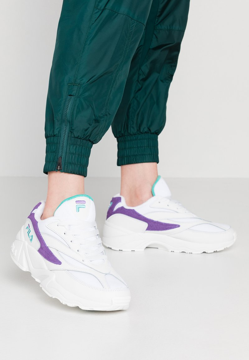 Fila - V94M - Sneakers laag - white/violet tulip/blue curacao