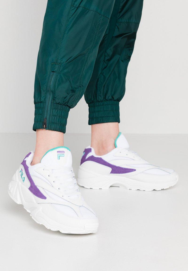 Fila - V94M - Sneaker low - white/violet tulip/blue curacao