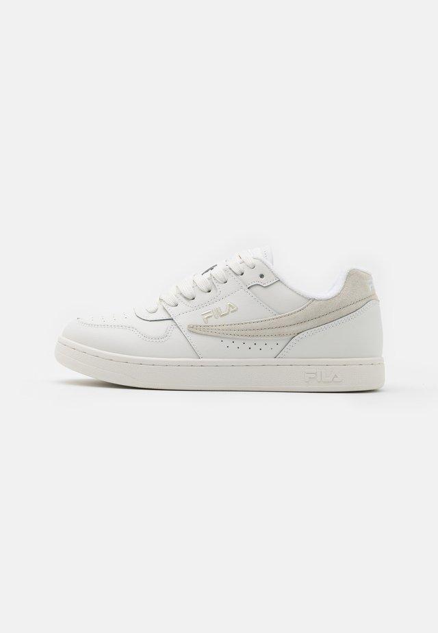 ARCADE - Sneakersy niskie - white/pelican