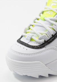 Fila - DISRUPTOR - Zapatillas - white/neon lime - 5