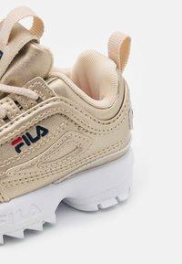 Fila - DISRUPTOR INFANTS - Baskets basses - gold - 5