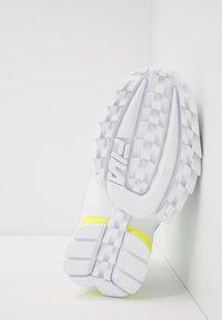 Fila - DISRUPTOR LOGO - Tenisky - white/black/neon lime - 4