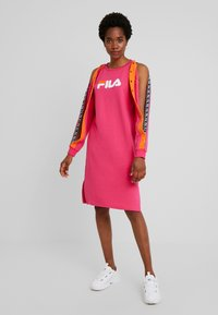 Fila - MITSUKI BUTTONED CREW DRESS - Žerzejové šaty - pink yarrow/mandarin orange - 1