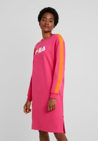 Fila - MITSUKI BUTTONED CREW DRESS - Žerzejové šaty - pink yarrow/mandarin orange - 0