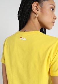Fila - ASHLEY CROPPED TEE - T-shirt print - empire yellow - 4