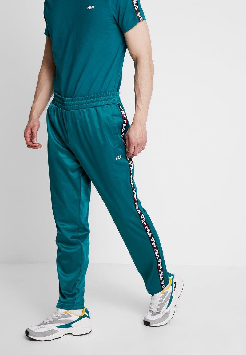 Fila - TAPE TRACK PANTS - Pantalon de survêtement - everglade