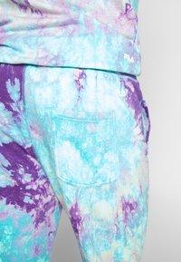 Fila - PURE AOP - Tracksuit bottoms - lilac batik allover - 3