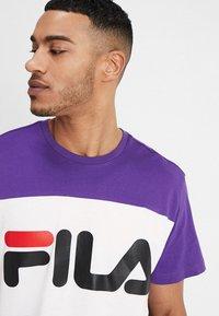 Fila - DAY TEE - Print T-shirt - black/tillandisa purple/bright white - 4