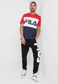 Fila - DAY TEE - T-shirt con stampa - black iris/true red/bright white - 1