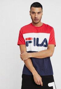 Fila - DAY TEE - Camiseta estampada - black iris/true red/bright white - 0