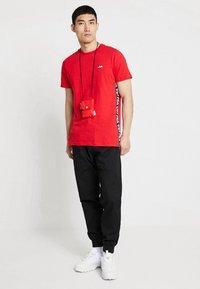 Fila - TALAN TEE - Camiseta estampada - true red - 1