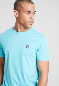 Fila - SEAMUS TEE - T-shirt med print - blue curacao - 3