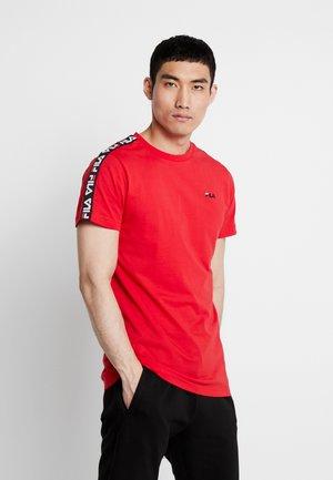 VAINAMO TEE - Print T-shirt - true red