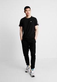 Fila - VAINAMO TEE - T-shirt imprimé - black - 1