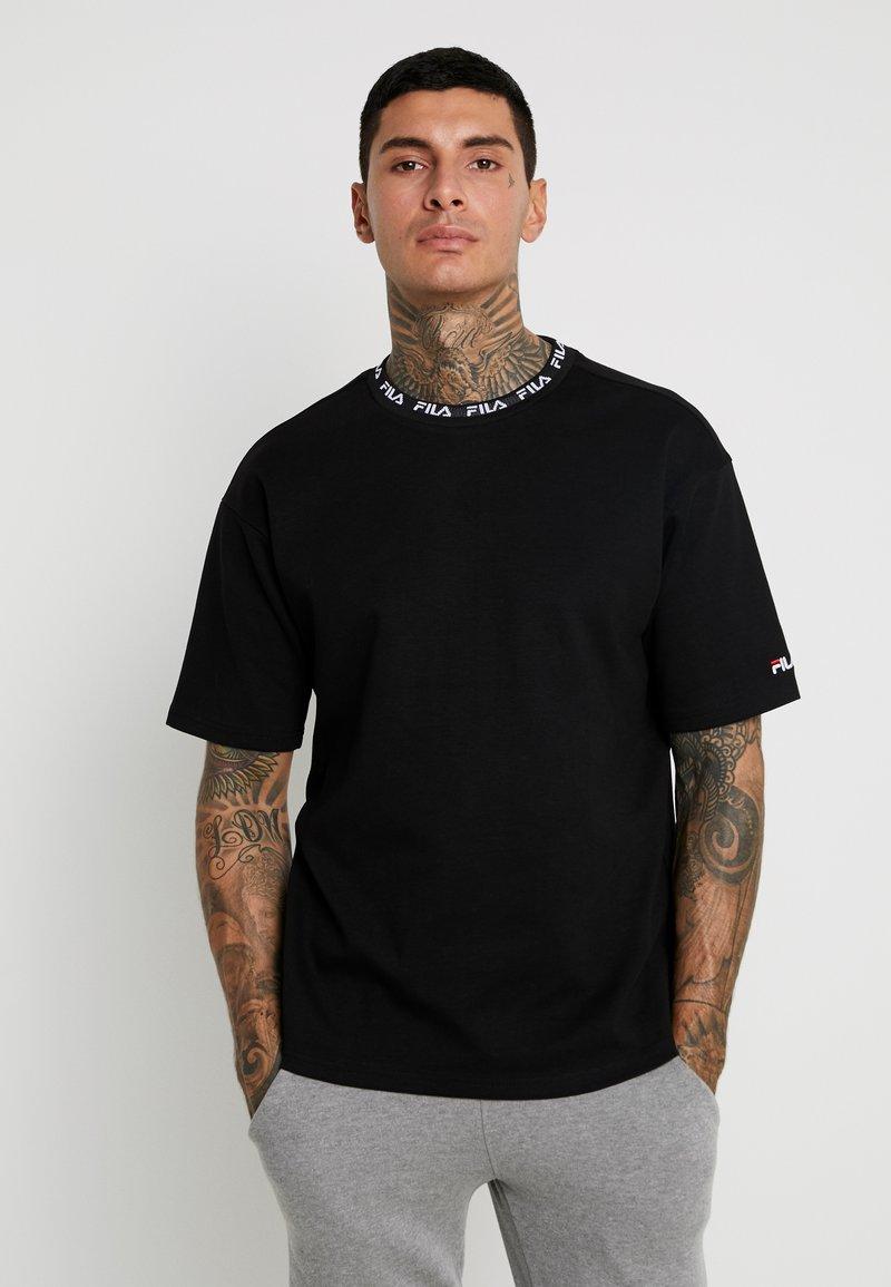 Fila - TAMOTSU TEE DROPPED SHOULDER - T-shirt con stampa - black