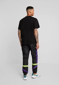 Fila - RENZ HEAVY TEE - T-shirt print - black/tillandsia purple - 2