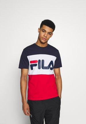 DAY TEE - Print T-shirt - true red/black iris/bright white