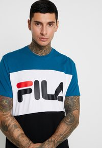 Fila - DAY TEE - T-shirt med print - black/maroccan blue/bright white - 3