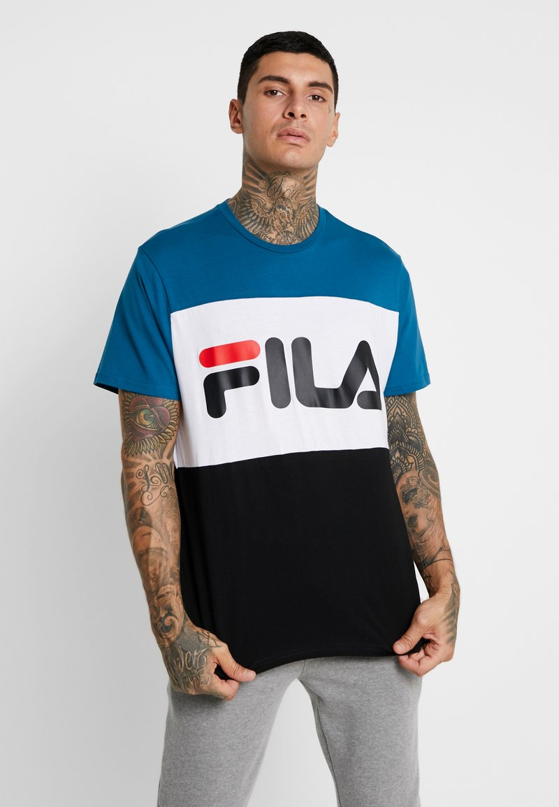 Fila - DAY TEE - T-shirt med print - black/maroccan blue/bright white