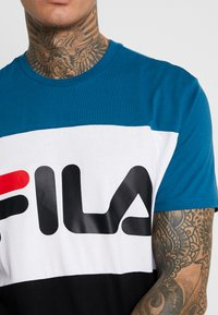Fila - DAY TEE - T-shirt med print - black/maroccan blue/bright white - 5