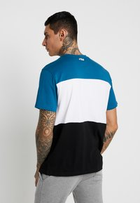 Fila - DAY TEE - T-shirt med print - black/maroccan blue/bright white - 2
