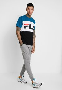 Fila - DAY TEE - T-shirt med print - black/maroccan blue/bright white - 1
