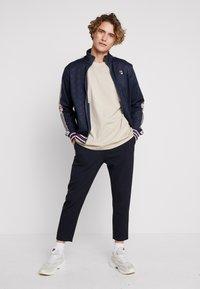 Fila - FILA FOR WEEKDAY KIAN - T-shirt - bas - oxford tan - 1