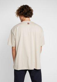 Fila - FILA FOR WEEKDAY KIAN - T-shirt - bas - oxford tan - 2