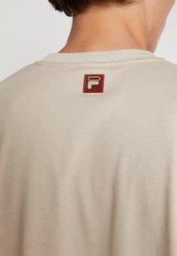 Fila - FILA FOR WEEKDAY KIAN - T-shirt - bas - oxford tan - 5
