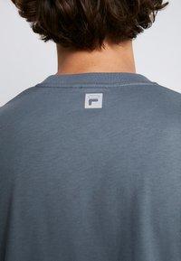 Fila - FILA FOR WEEKDAY KIAN - T-shirts - stormy weather - 5