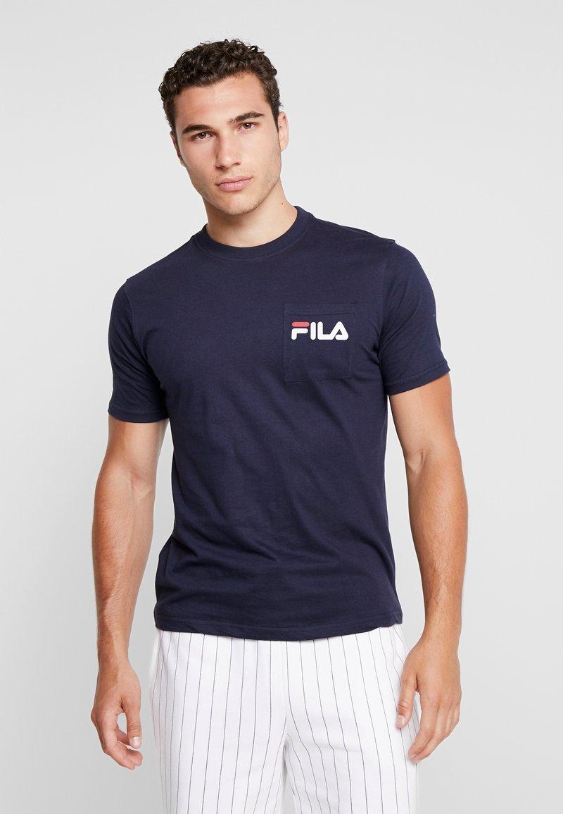 Fila - BRAND POCKET - T-shirt med print - peacoat