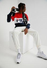 Fila - STRAIGHT BLOCKED CREW - Sweatshirt - black iris/bright white/true red - 1