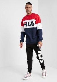 Fila - STRAIGHT BLOCKED CREW - Sweatshirt - black iris/true red/bright white - 1