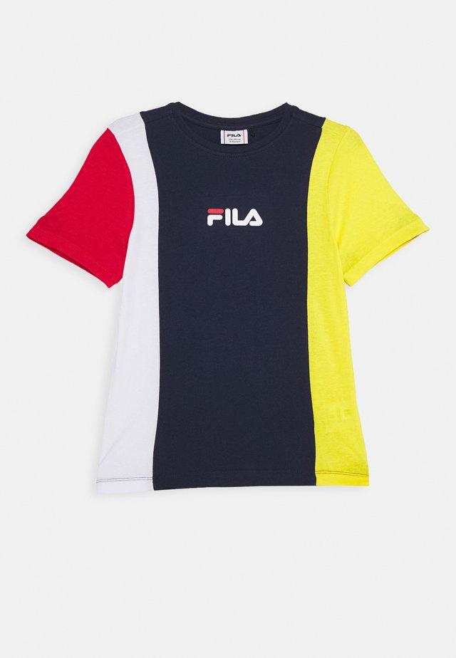 TATE - T-shirt print - black iris/dandelion/bright white/true red