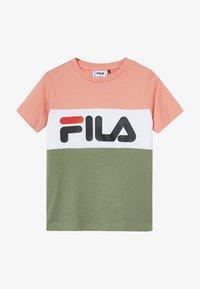 Fila - DAY BLOCKED TEE - Camiseta estampada - lobster bisque/sea spray/bright white - 2