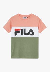 Fila - DAY BLOCKED TEE - Camiseta estampada - lobster bisque/sea spray/bright white - 0