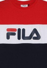 Fila - DAY BLOCKED TEE - Triko spotiskem - black iris/true red/bright white - 3