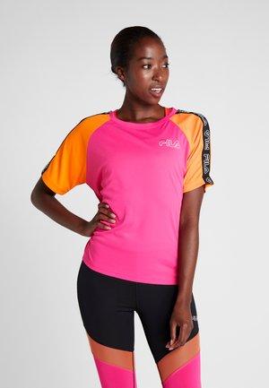 TEE LOOSE FIT - Print T-shirt - beetroot purple/mandarin orange