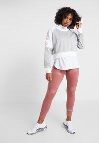 Fila - CROPPED CREW - Sportshirt - light grey melange bros/bright white - 1
